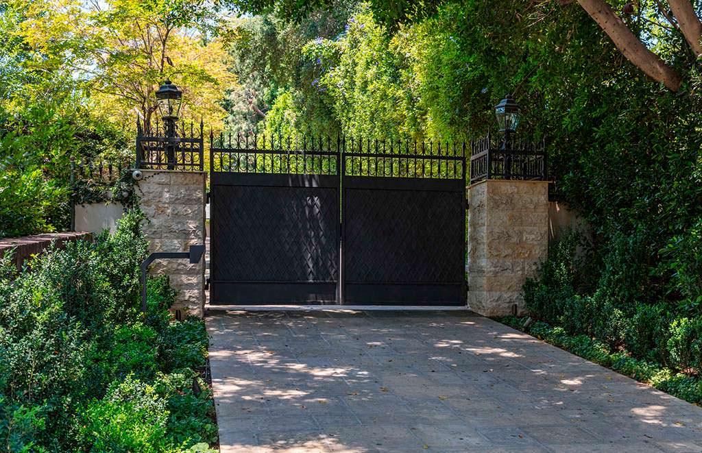 Ворота у дома Мадонны в Беверли-Хиллз