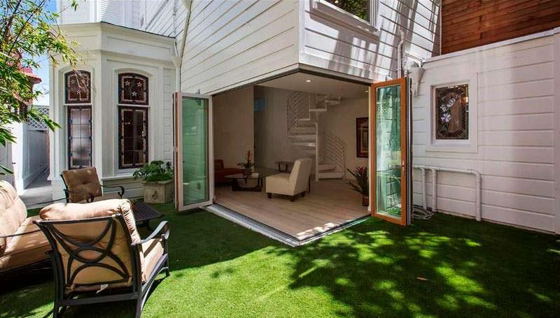 Небольшой двор у дома с газоном