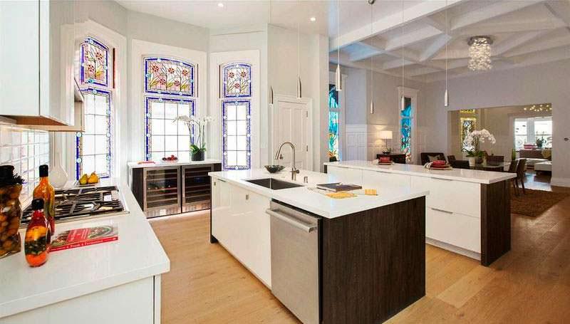 Кухня с витражными окнами
