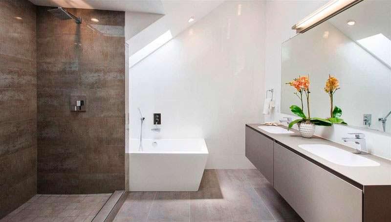 Современная ванная с подвесной сантехникой