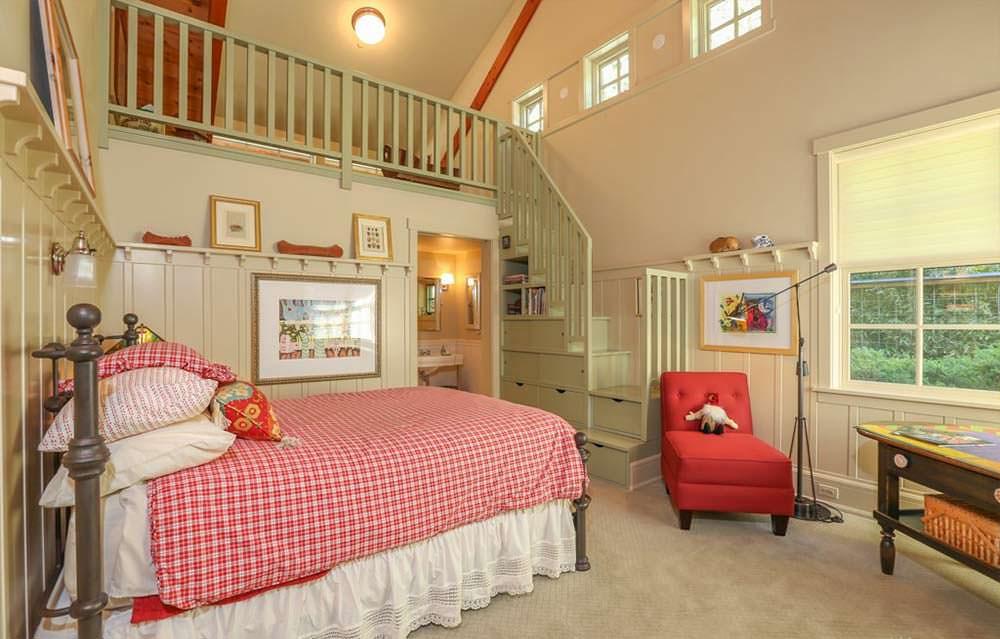Двухэтажная спальня в доме