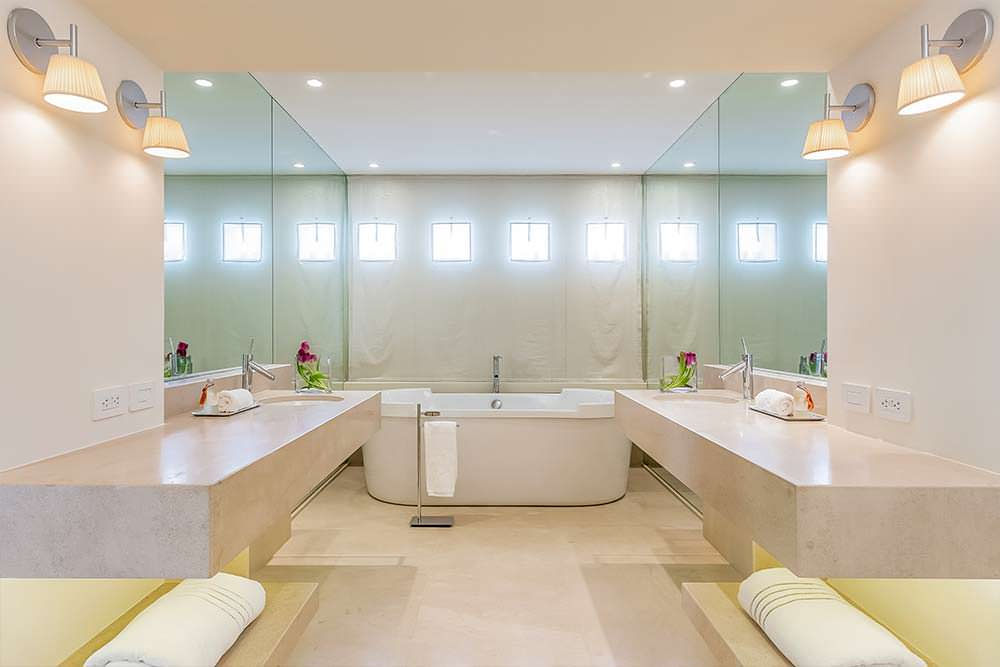 Элитная ванная комната с двумя раковинами