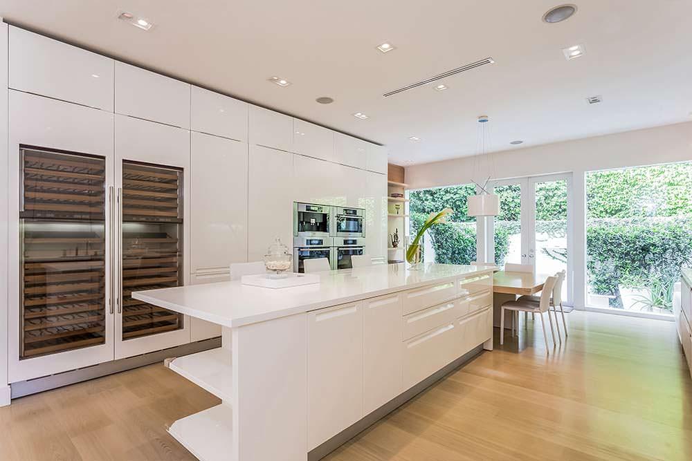 Глянцевая кухня в белом цвете