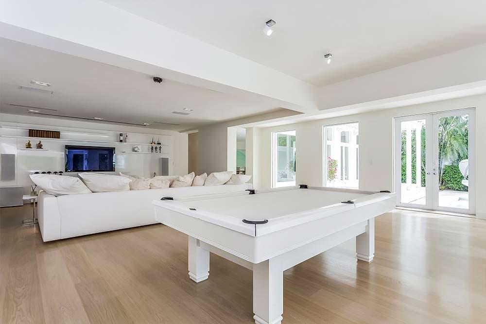 Белый бильярдный стол в развлекательной комнате