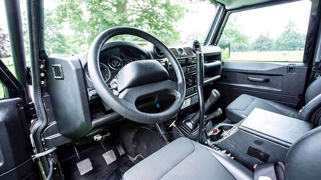 Фото внутри Land Rover Defender SVX