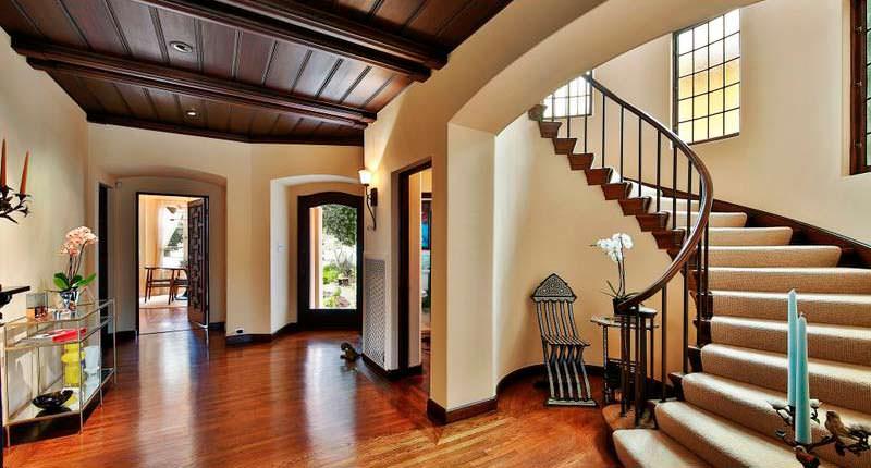Винтовая лестница в трехэтажном доме