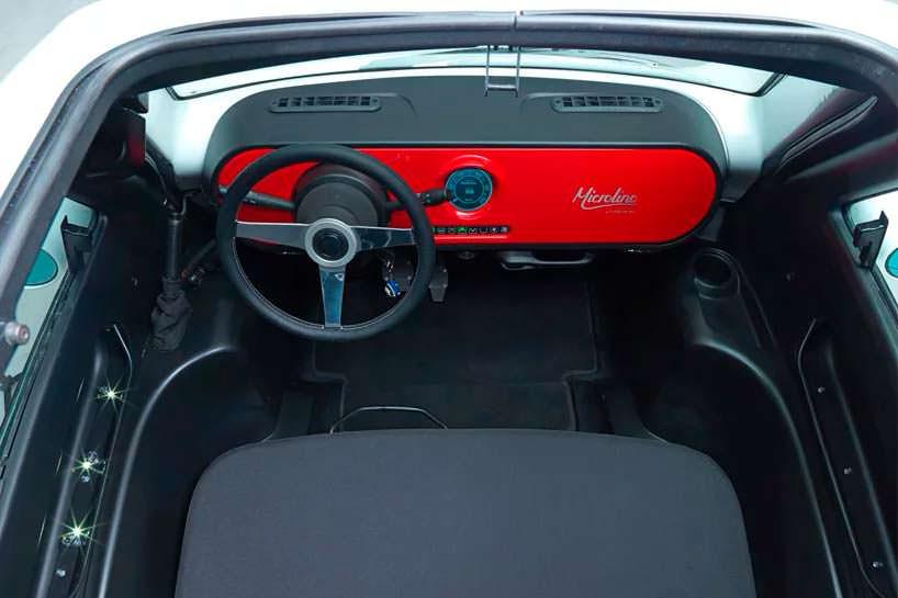 Двухместный салон электромобиля Microlino
