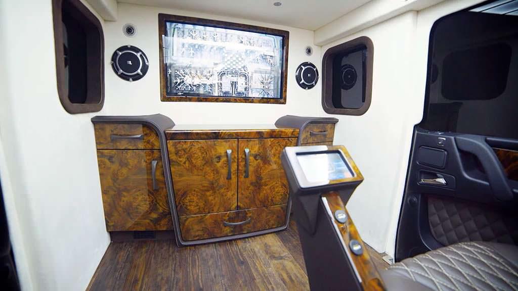 4K телевизор в салоне Mercedes-AMG G63 от Inkas