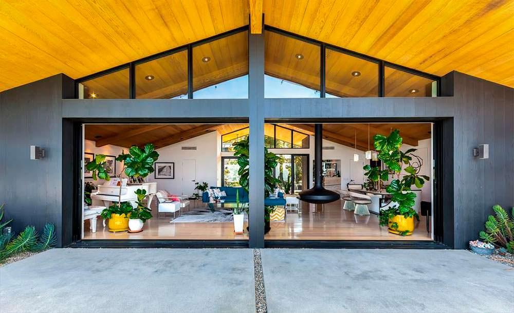 Панорамная стеклянная стена в доме