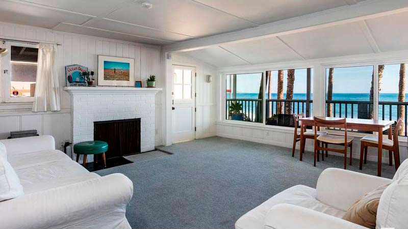 Спальня с камином и окнами с видом на Тихий океан