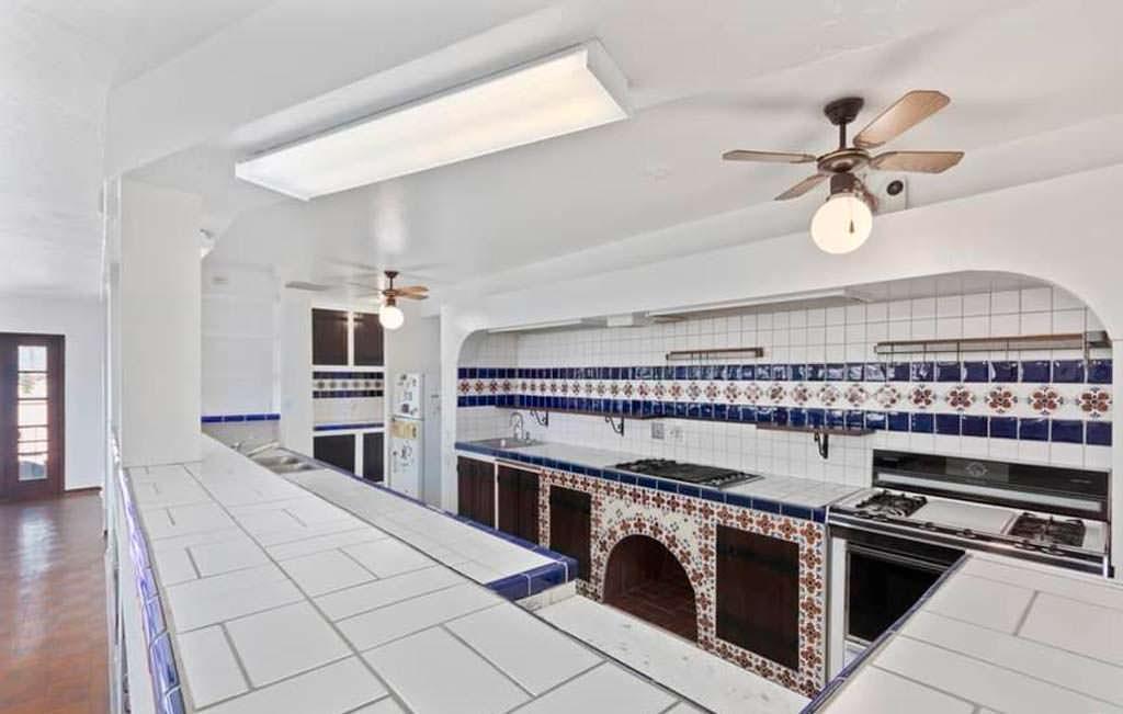 Испанская белая и темно-синяя плитка на кухне