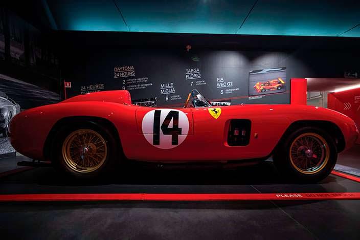 Классическая красная Ferrari 290 MM 1956 года выпуска