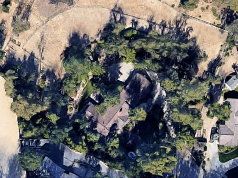 Вид на дом Drake в Хидден-Хилс с высоты