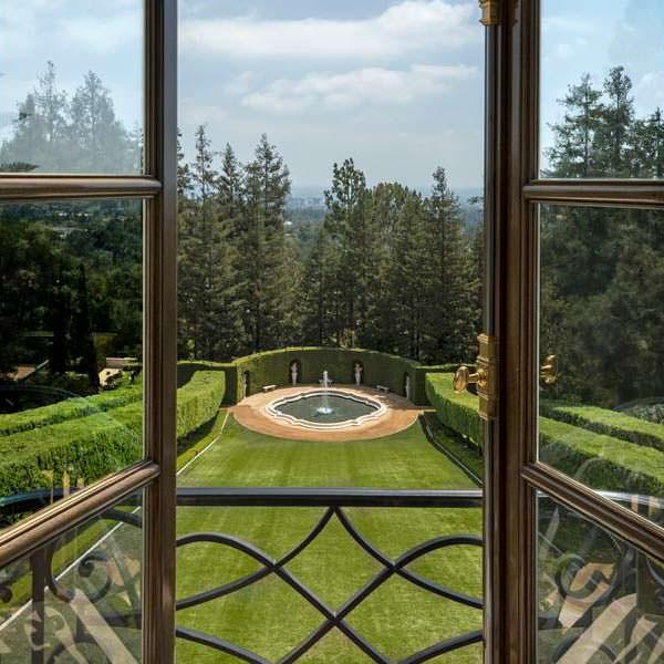 Вид с балкона на фонтан и зеленый газон