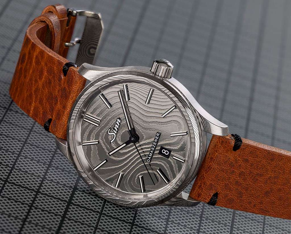 Sinn 1800 Damaszener: часы в металле с текстурой дерева