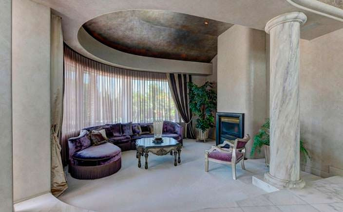 Мраморная колонна в дизайне дома