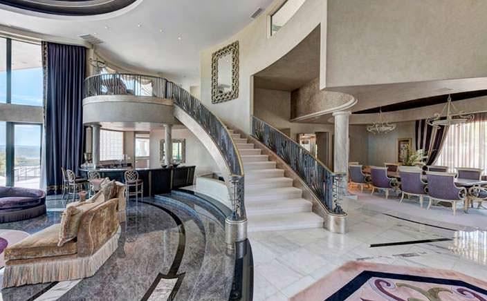 Красивая парадная лестница в доме