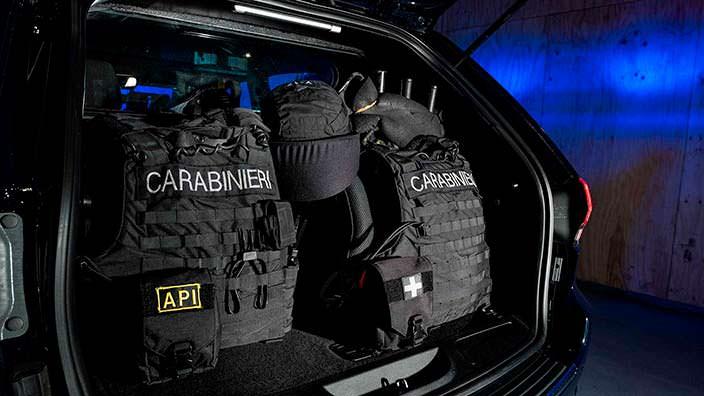 Амуниция в багажнике Jeep Grand Cherokee Carabinieri