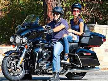 Фото | Джордж Клуни и Амаль на мотоцикле Harley-Davidson