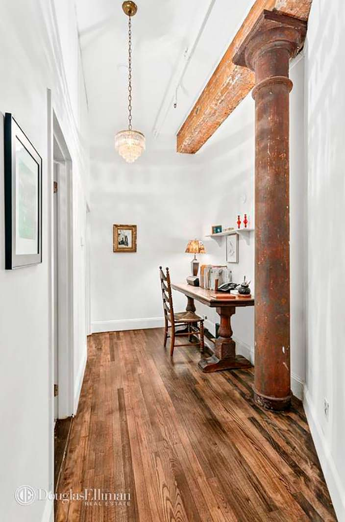 Уютный уголок для домашнего кабинета в квартире актрисы