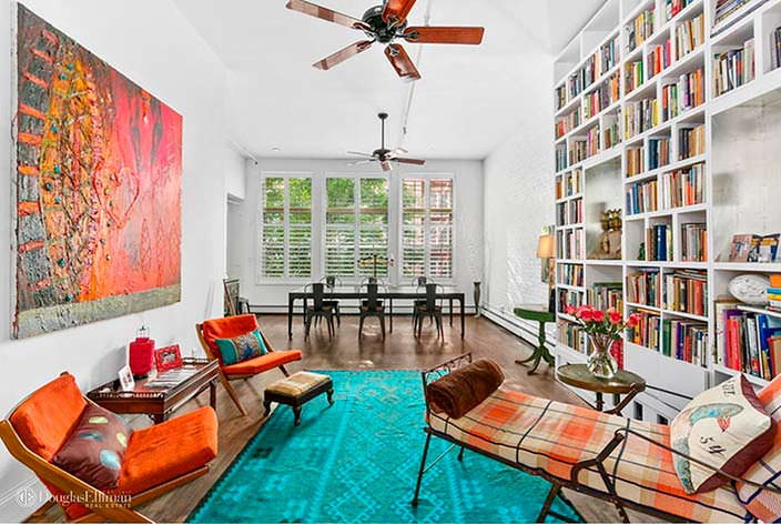 Дизайн гостиной с книжными полками от пола до потолка
