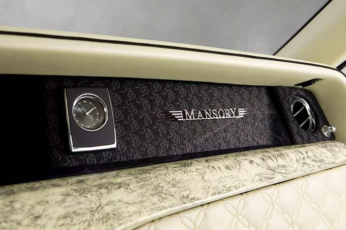 Надпись Mansory на приборной панели Rolls-Royce Phantom