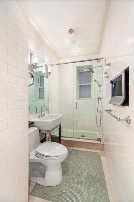 Одна из трех ванных комнат в квартире