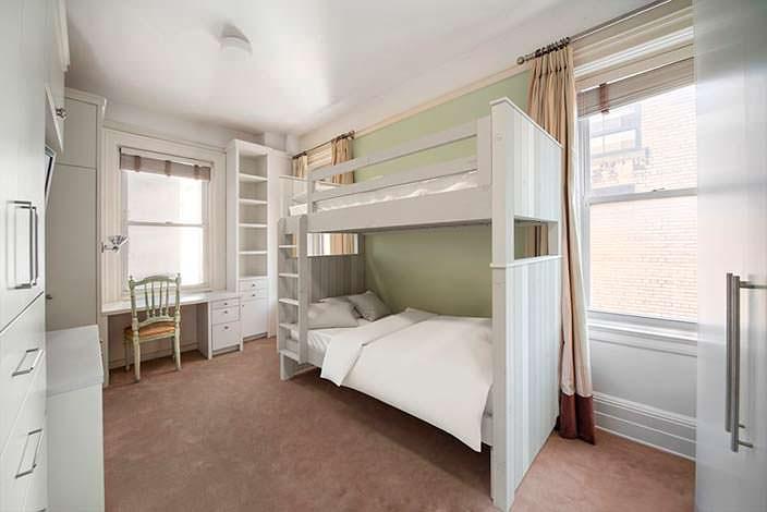 Двухъярусная кровать в детской комнате