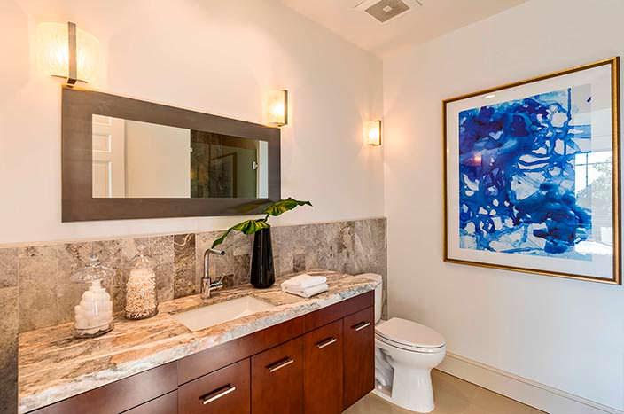 Одна из восьми ванных комнат