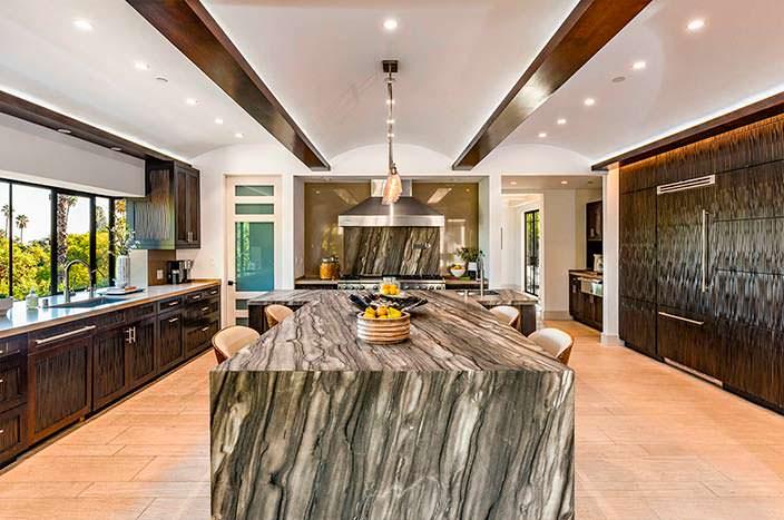 Каменная столешница на кухне