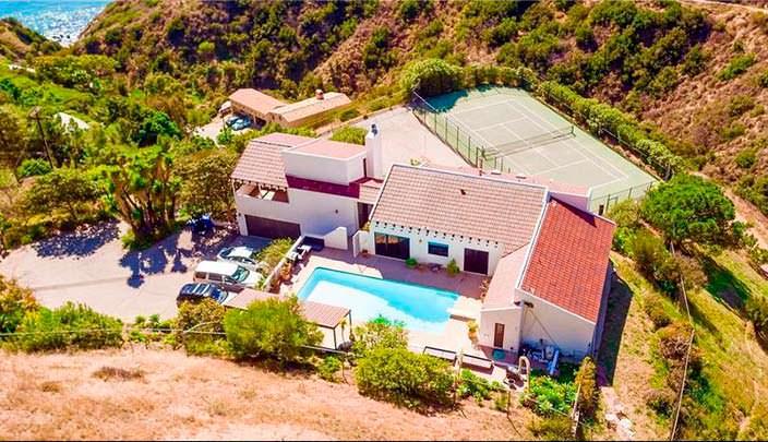 Дом с бассейном и теннисным кортом в Малибу