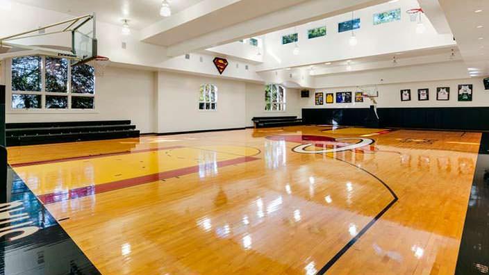 Баскетбольная площадка в доме Шакила О'Нила
