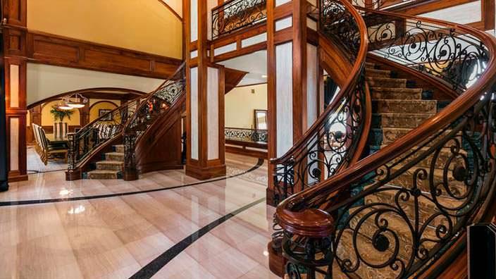 двухэтажное фойе с двойной лестницей в доме Шакила О'Нила