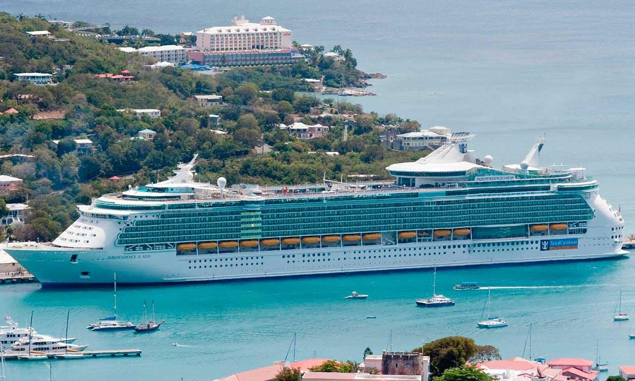 Гигантский круизный лайнер Independence Of The Seas