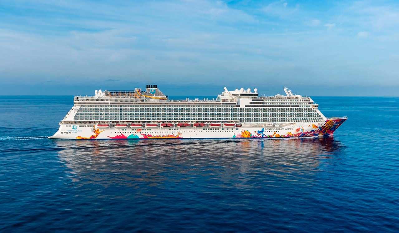 Огромный корабль океанских круизов Genting Dream