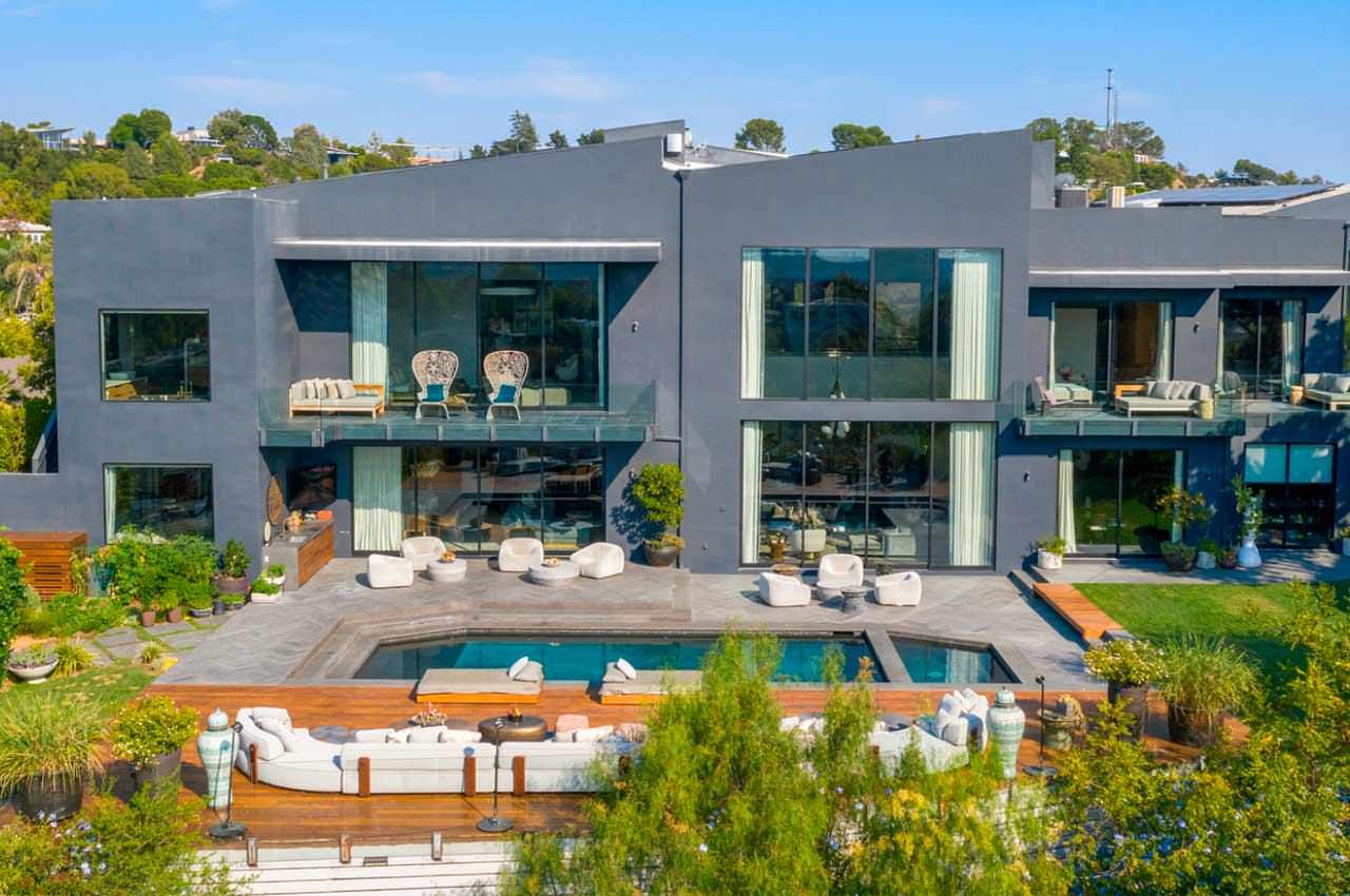Джон Ледженд и Крисси Тайген продают дом в Беверли-Хиллз | фото