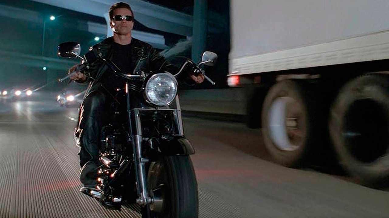 T-800 оседлал мотоцикл под стрип-клубом, где и приоделся