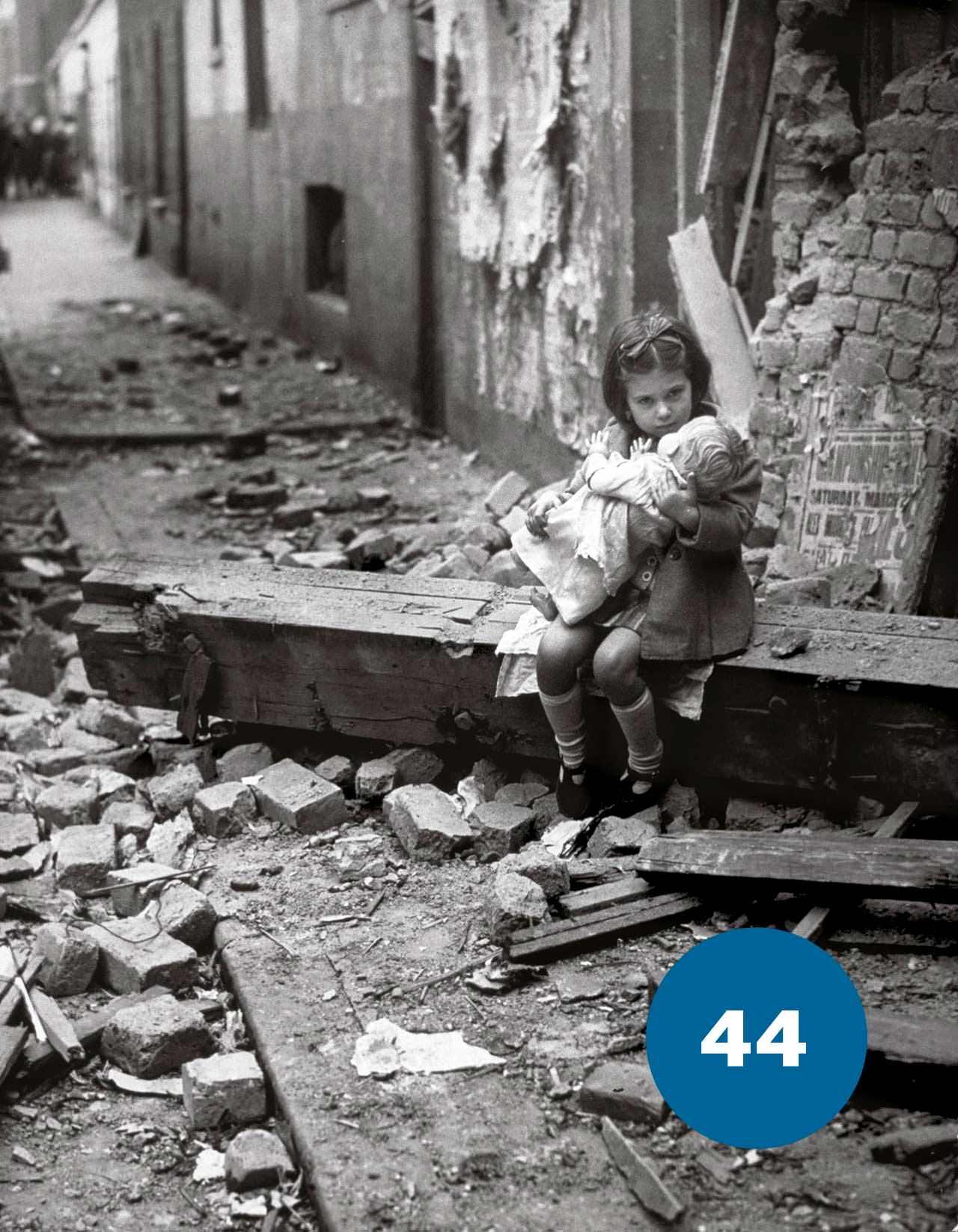 Дівчина з лялькою в часи Другої Світової Війни в Лондоні