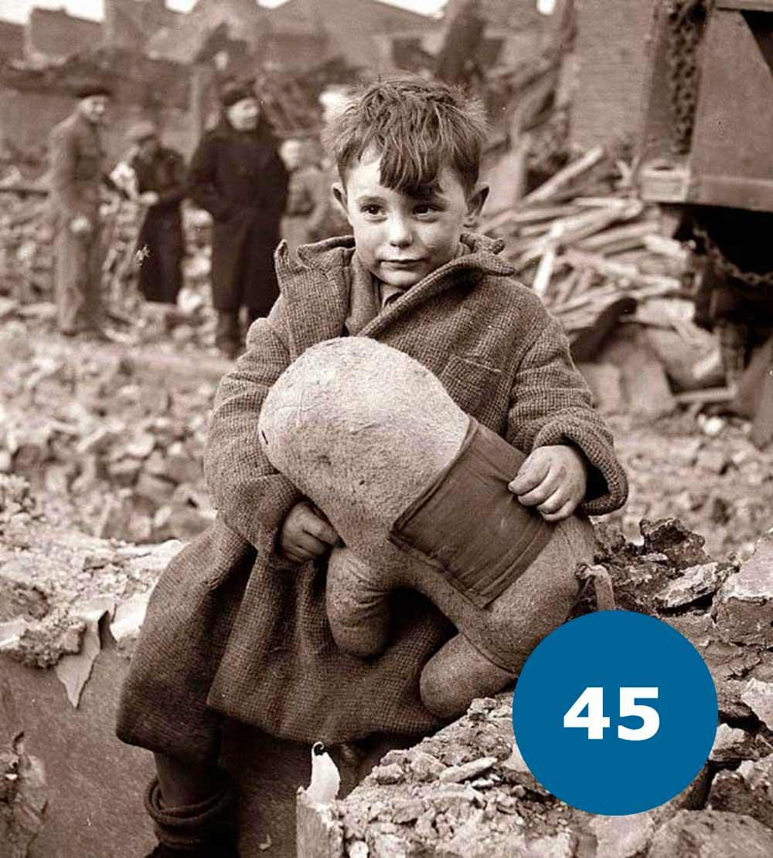 Дитина з ведмедем в часи Другої Світової Війни
