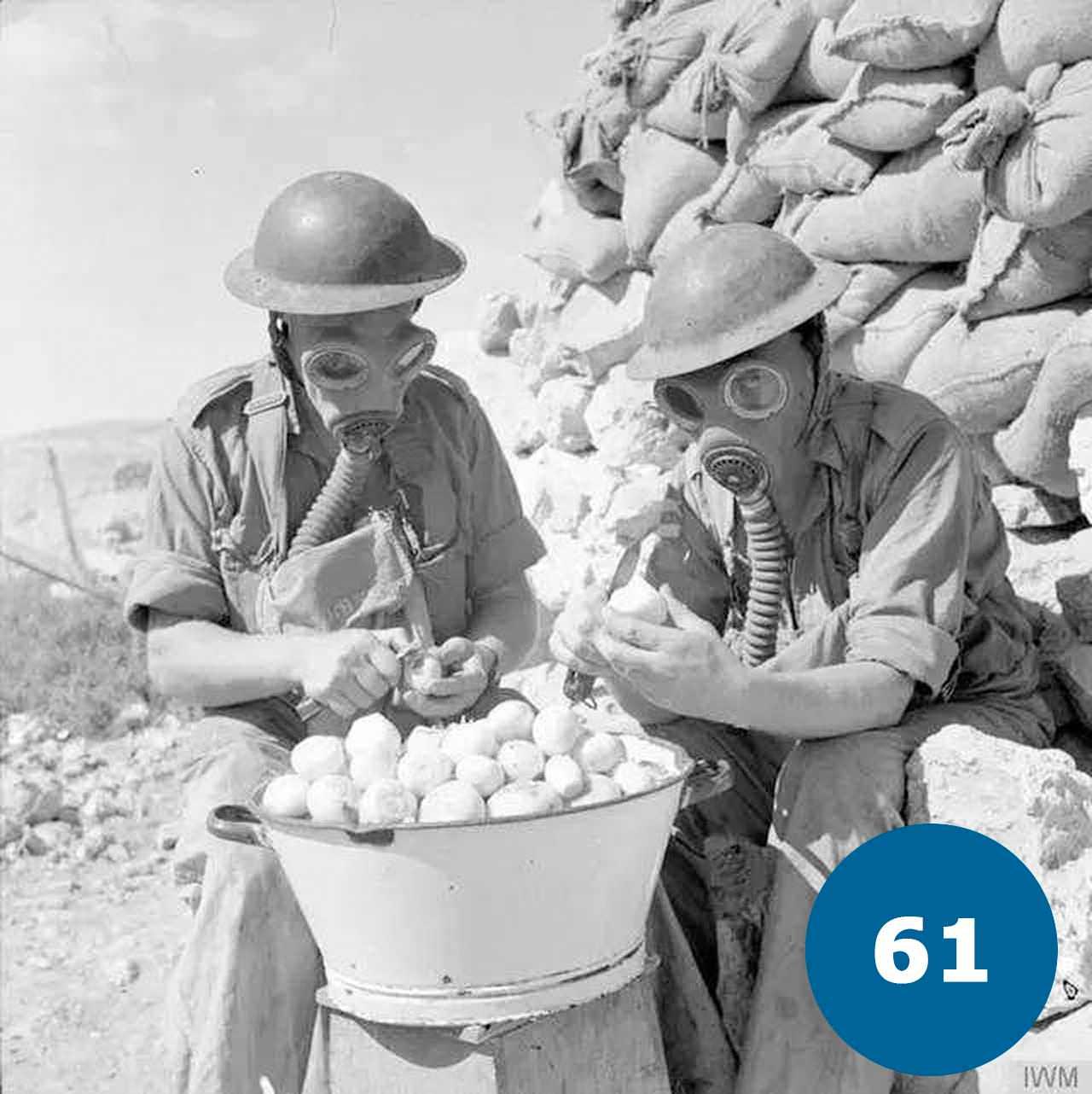 Солдати чистять цибулю в протигазах