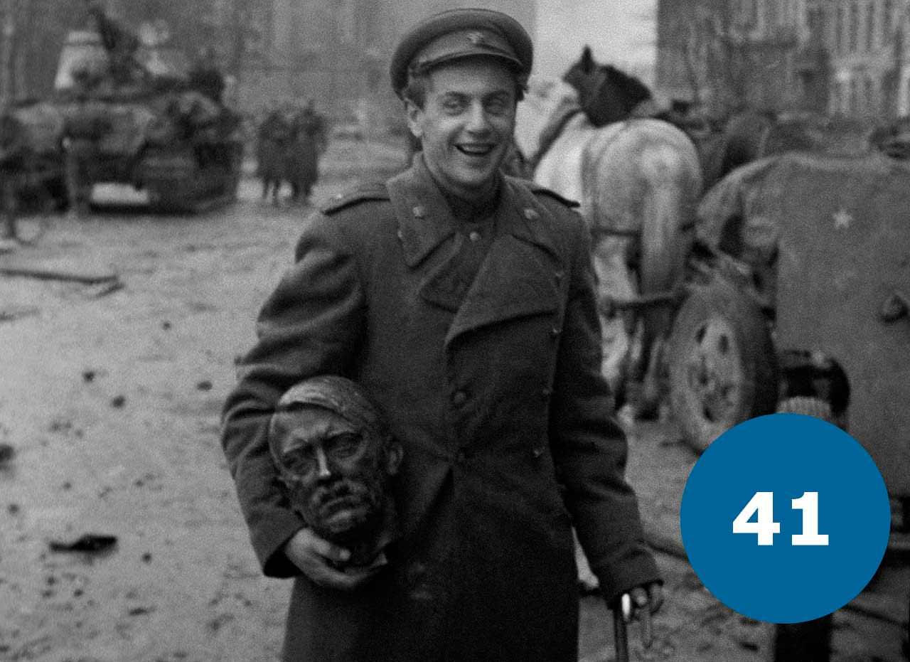 Радянський солдат в Берліні з головою Гітлера